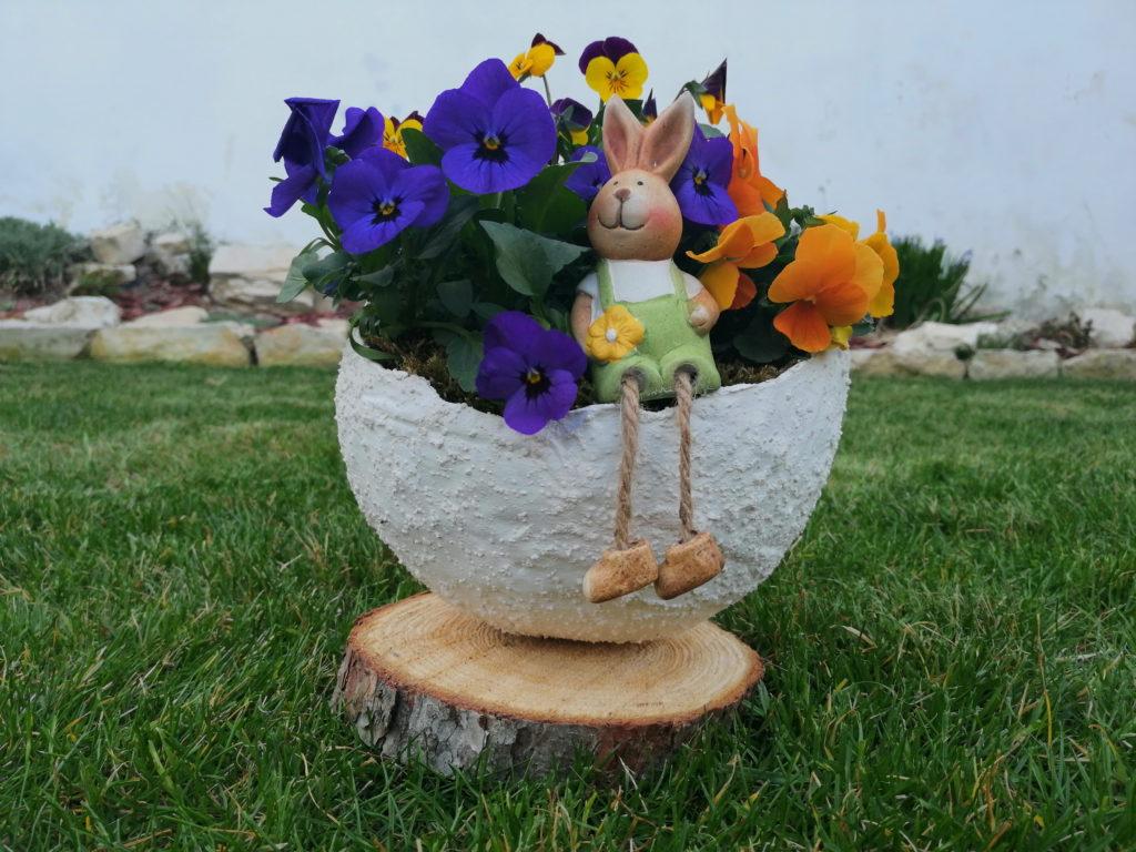 Tavaszi virágok összetört tojásban